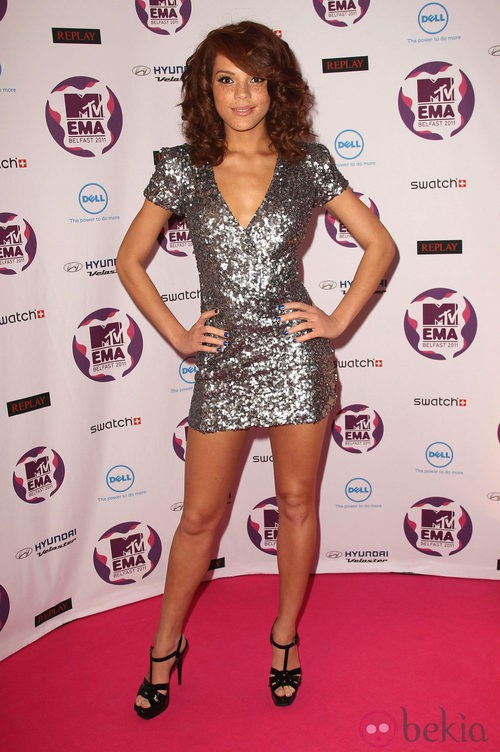 Look de Jade Thompson con un vestido plateado en los MTV Europe Music Awards 2011