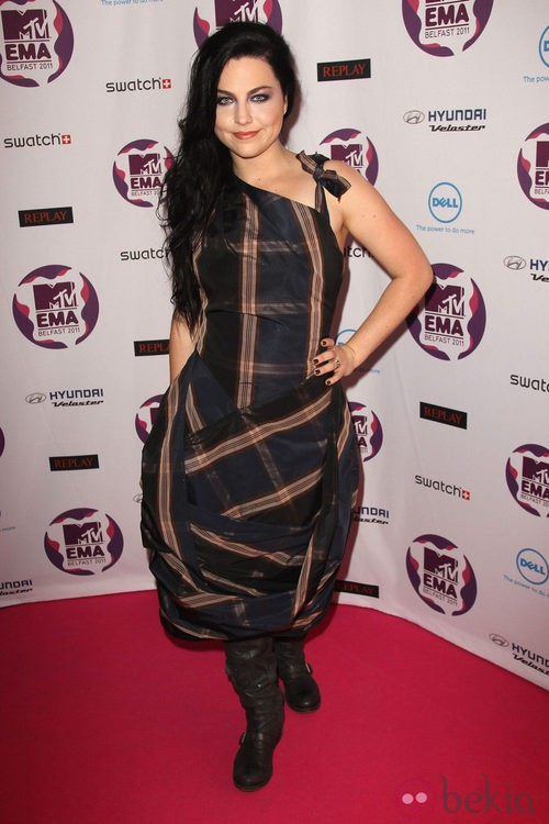Look de Amy Lee con un vestido de cuadros en los MTV Europe Music Awards 2011