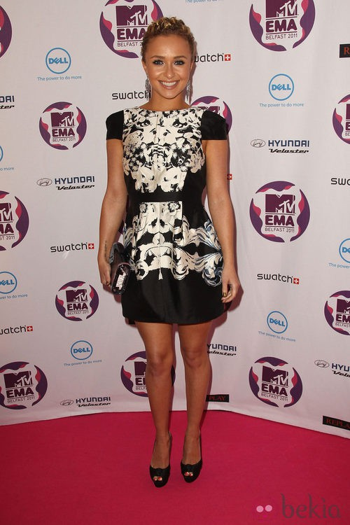 Look de Hayden Panettiere con un vestido blanco y negro en los MTV Europe Music Awards 2011