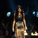 Look de Selena Gomez con un vestido en tonos tierra en los MTV EMA 2011