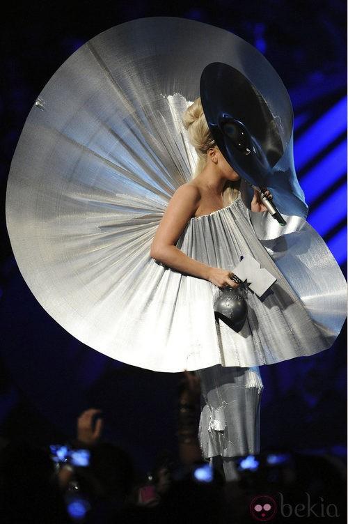 Look metálico de Lady Gaga al recoger su MTV EMA 2011