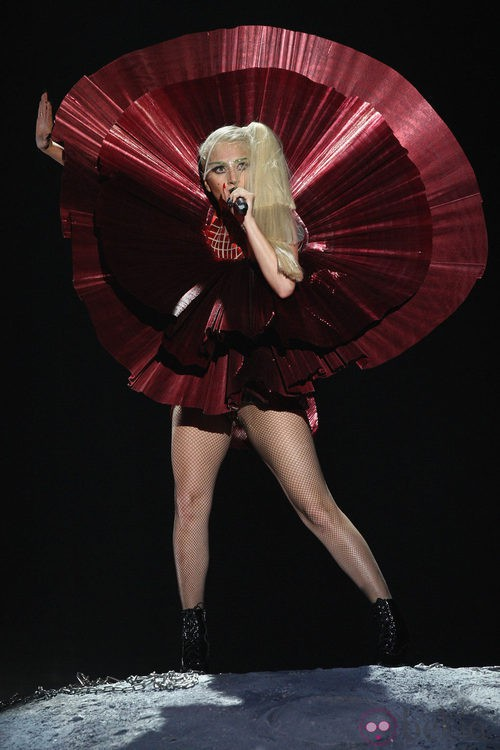 Look metalizado en color rojo de Lady Gaga en los MTV EMA 2011