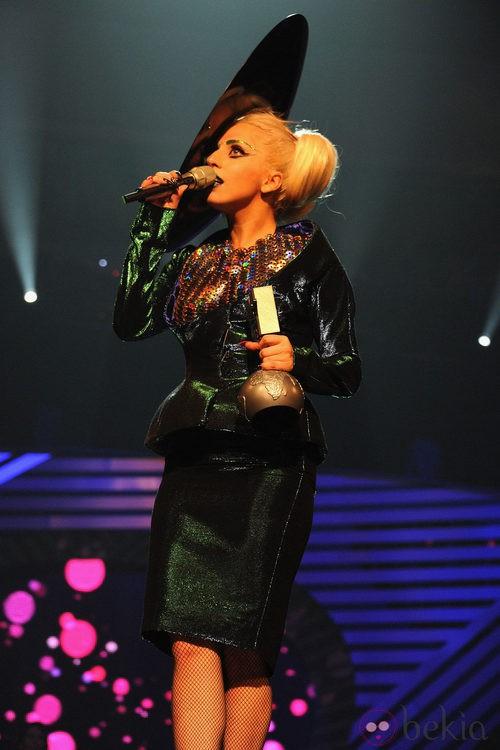 Look de Lady Gaga con un traje verde en los MTV EMA 2011