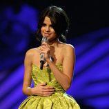 Look de Selena Gomez con un vestido verde en los MTV EMA 2011