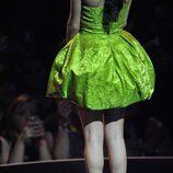 Look de Selena Gomez con zapatos fucsia en los MTV EMA 2011