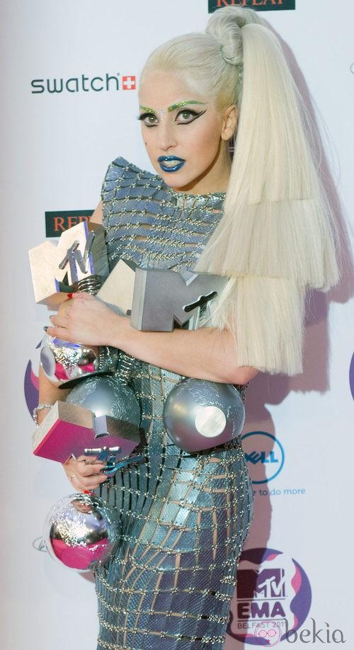 Look de Lady Gaga con un vestido largo metalizado en los MTV EMA 2011