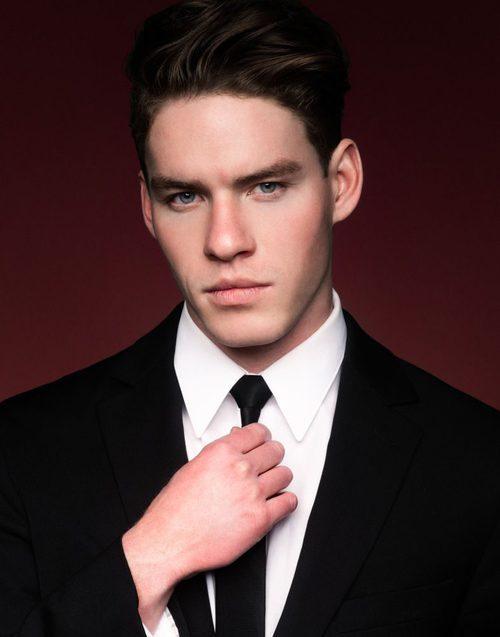 Tyler Clinton con un traje de chaqueta para la agencia de modelos IMG