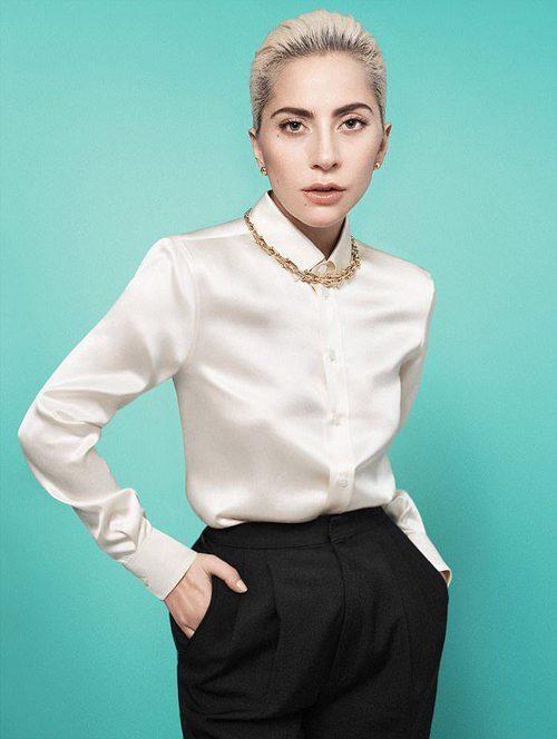 Lady Gaga con una gargantilla dorada de la colección 'City Hardwear' de Tiffany & Co.