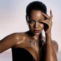 Rihanna con los collares de su propia colección cápsula con Chopard