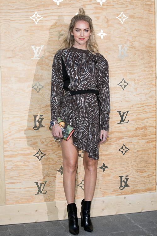 Chiara Ferragni con un vestido asimétrico en una cena organizada por Louis Vuitton