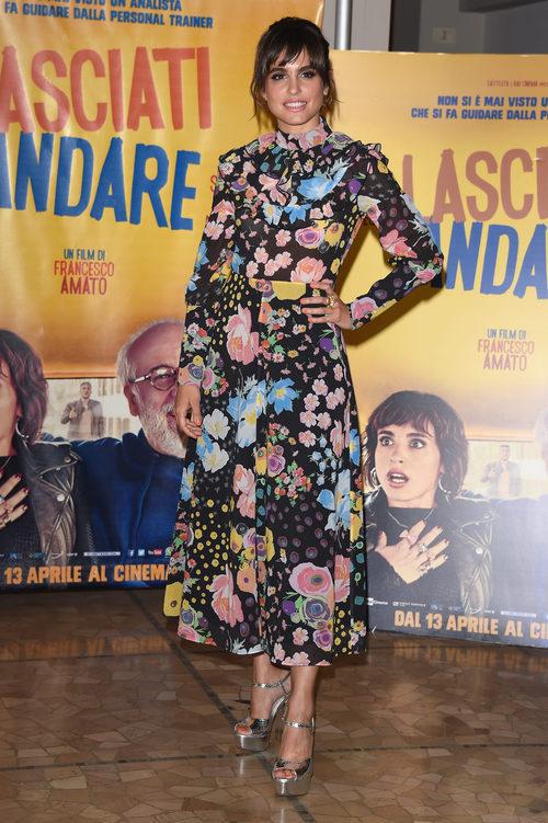 Verónica Echegui con un vestido vintage en la premiere de 'Lasciati Andare' en Milán
