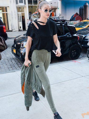Gigi Hadid con un chándal verde en Nueva York