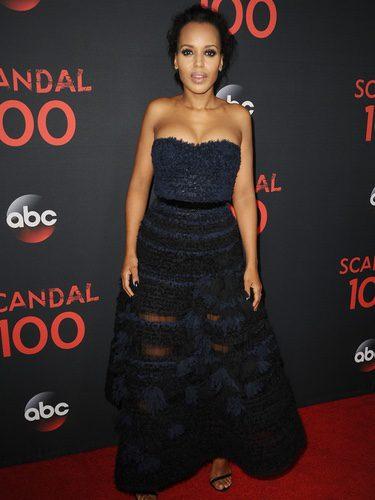 Kerry Washington con un vestido azul noche en la celebración del capítulo 100 de 'Scandal'