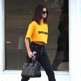 Selena Gomez con un croptop amarillo en California