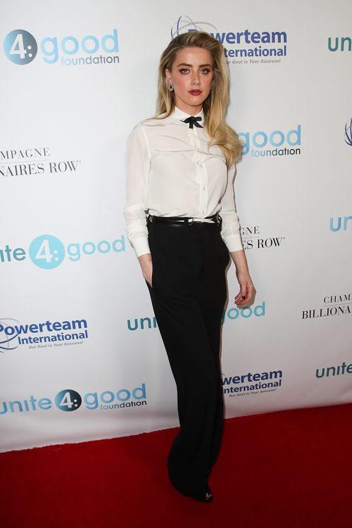Amber Heard con un look masculino en una gala benéfica en California