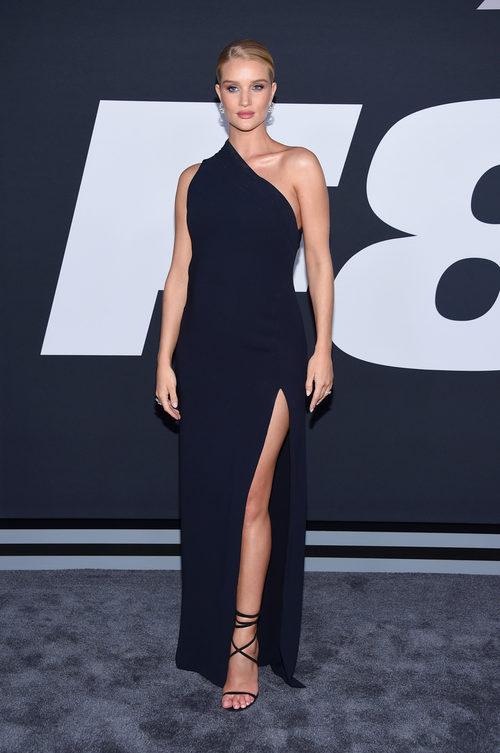 Rosie Huntington-Whiteley con un vestido azul en la premiere de 'Fast & Furious 8' en Nueva York