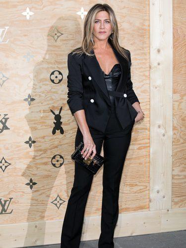 Jennifer Aniston con un look 'working girl' en una cena organizada por Louis Vuitton