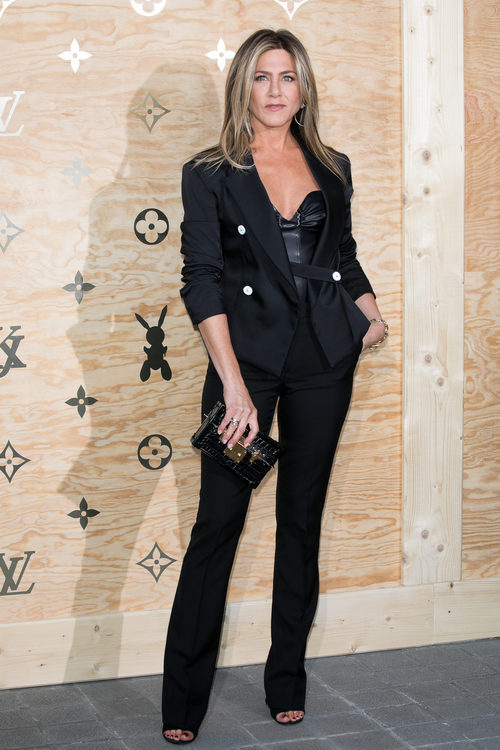Jennifer Aniston con un look 'working girl' en una cena organizada por Louis Vuitton