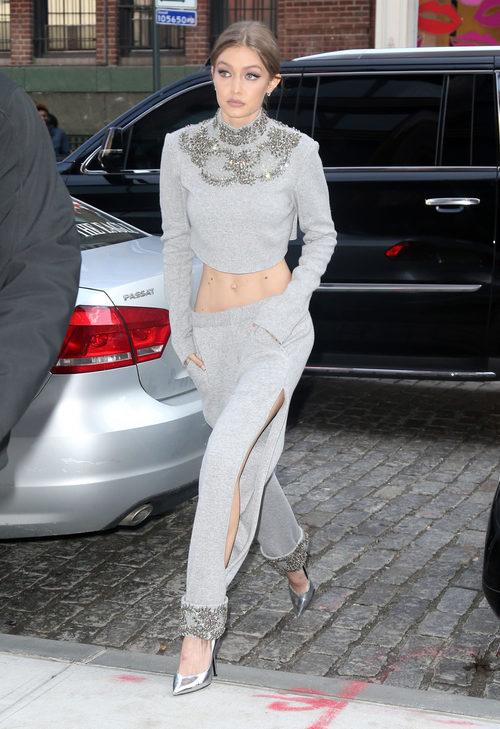 Gigi Hadid con un chándal brillante en las calles de Nueva York