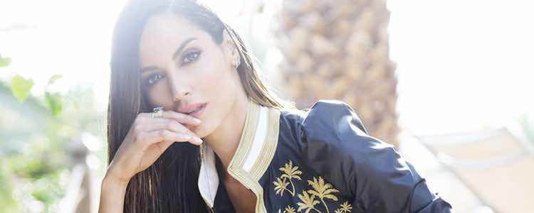 Ariadne Artiles con una chaqueta bordada de Guts&Love primavera/verano 2017