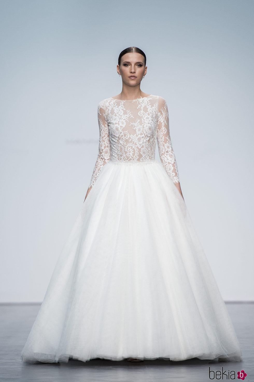 Vestido de novia con volumen de Hannibal Laguna en la Madrid Bridal Week 2017