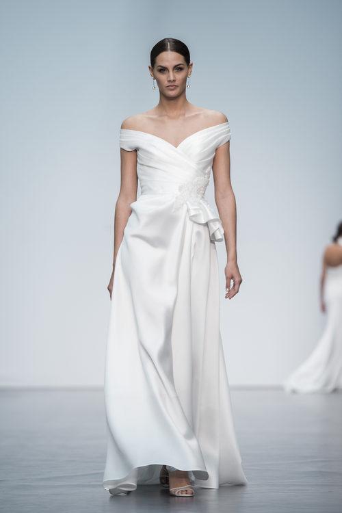 Vestido de novia con escote bardot de Hannibal Laguna en la Madrid Bridal Week 2017