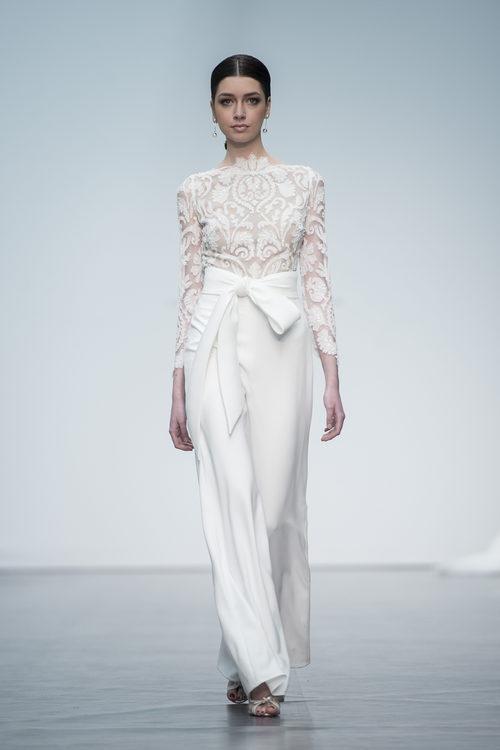 Pantalón y camisa de novia de Hannibal Laguna en la Madrid Bridal Week 2017