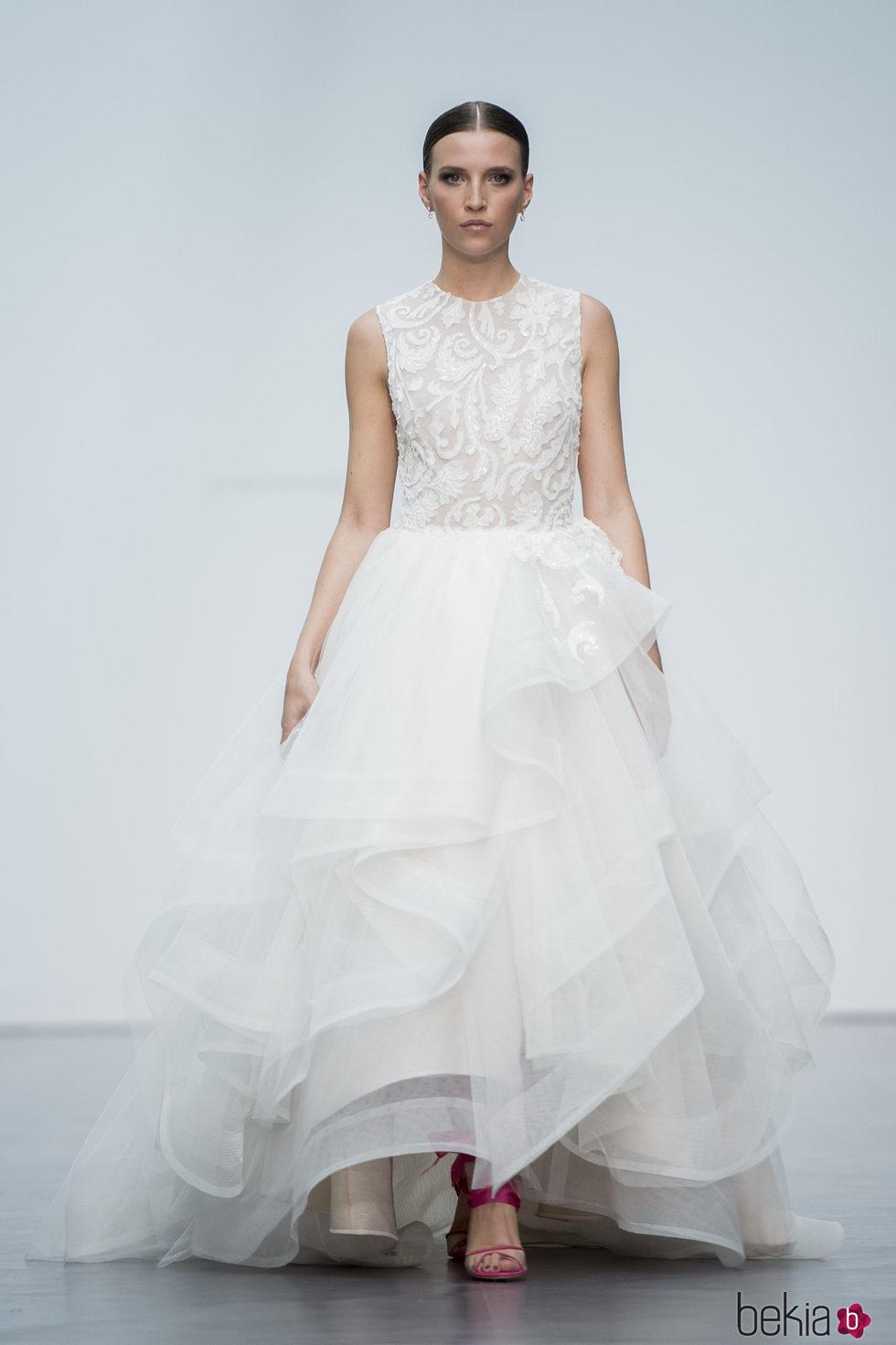 Vestido con volantes de Hannibal Laguna en la Madrid Bridal Week 2017