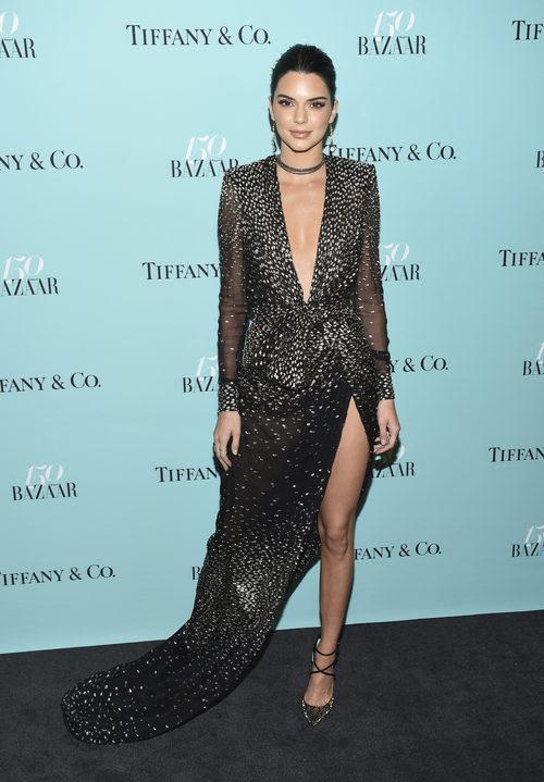 Kendall Jenner con un vestido de pedrería en el 150 aniversario de Harper's Bazaar
