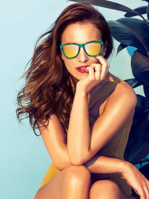 Paula Echevarría con unas gafas verdes de su colección primavera/verano 2017 para Hawkers