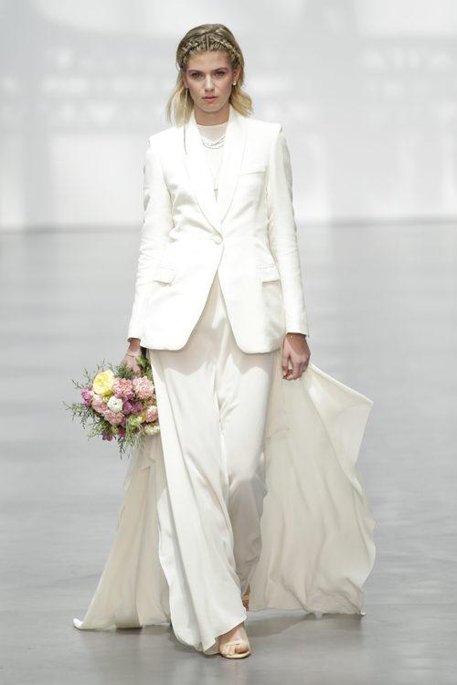 Traje de chaqueta de Juanjo Oliva en su desfile sobre la Madrid Bridal Week 2017