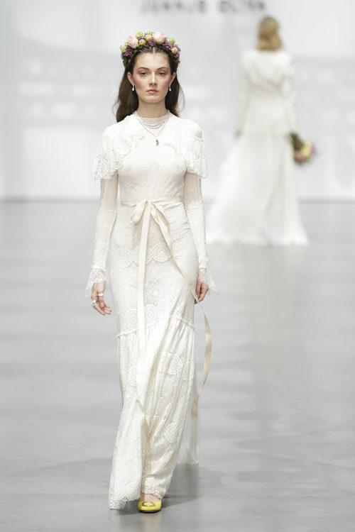 Vestido de novia de encaje de Juanjo Oliva sobre la Madrid Bridal Week 2017