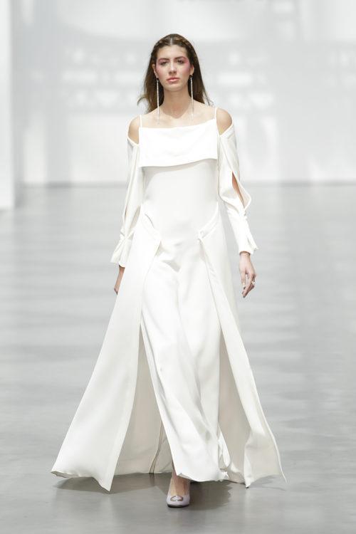 Vestido de novia asimétrico de Juanjo Oliva sobre la Madrid Bridal Week 2017