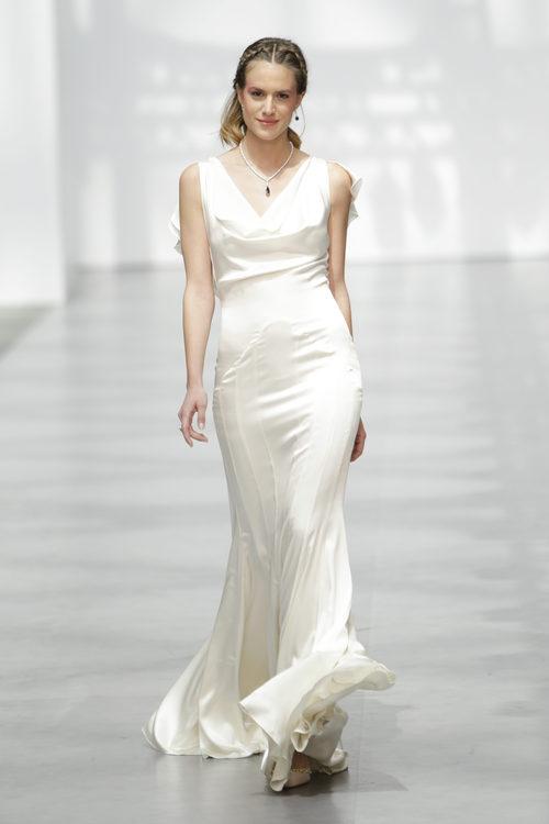 Vestido de novia con plumas de Juanjo Oliva sobre la Madrid Bridal Week 2017