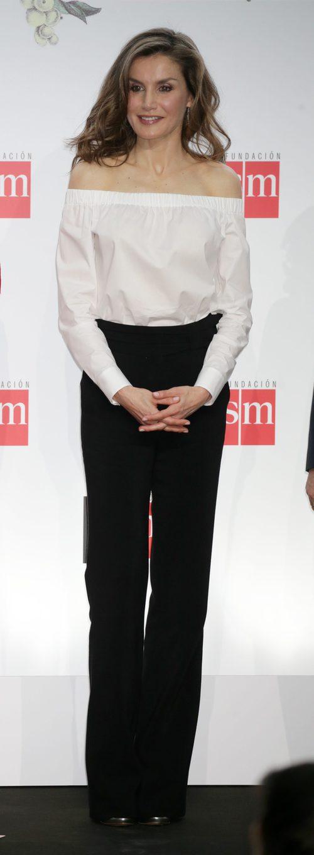 La Reina Letizia con un look lady en la entrega de Premios SM de Literatura Infantil y Juvenil
