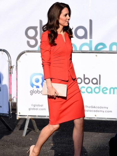 Kate Middleton con un traje de Armani en un acto en The Global Academy