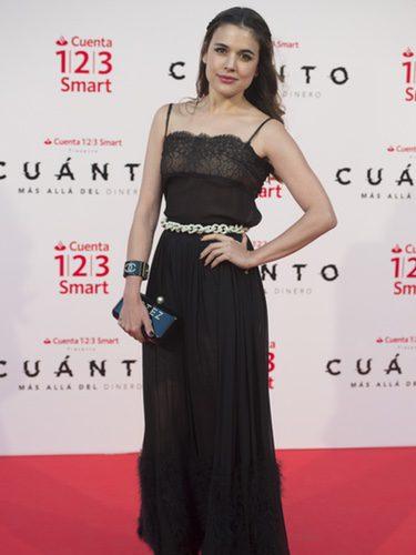 Adriana Ugarte con un vestido negro en la premiere del cortometraje 'Cuánto. Más allá del dinero'