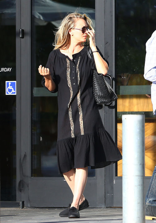 Kaley Cuoco con un total look black en las calles de California