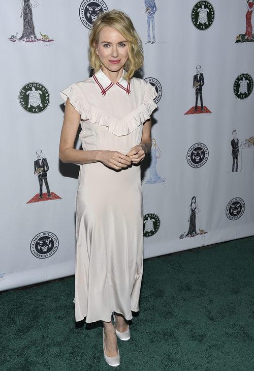 Naomi Watts con un vestido de Miu Miu en un evento solidario