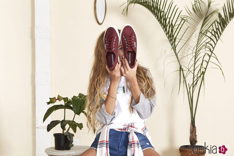 Andrea Belver con unas sneakers granate de Superga primavera/verano 2017
