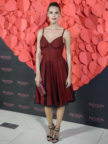 Amaia Salamanca con un vestido rojo en su presentación como embajadora de Revlon
