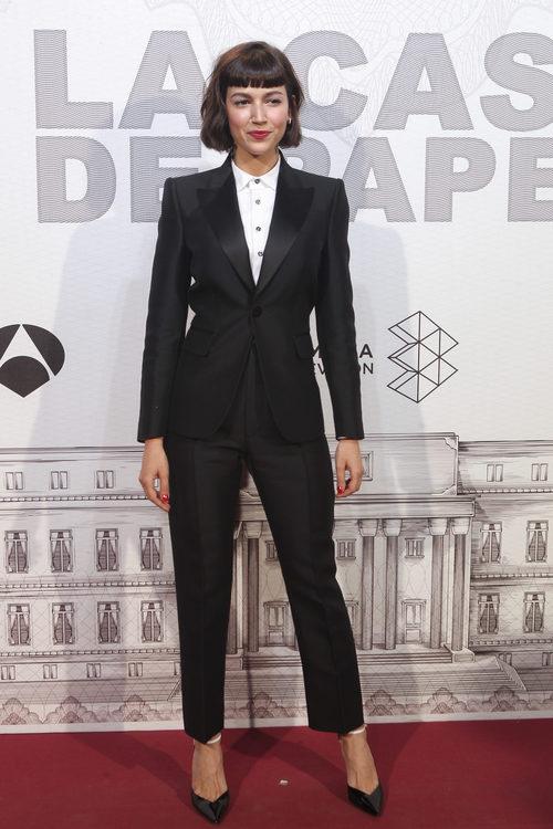 Úrsula Corberó con un traje de chaqueta negro en la premiere de 'La casa de papel'