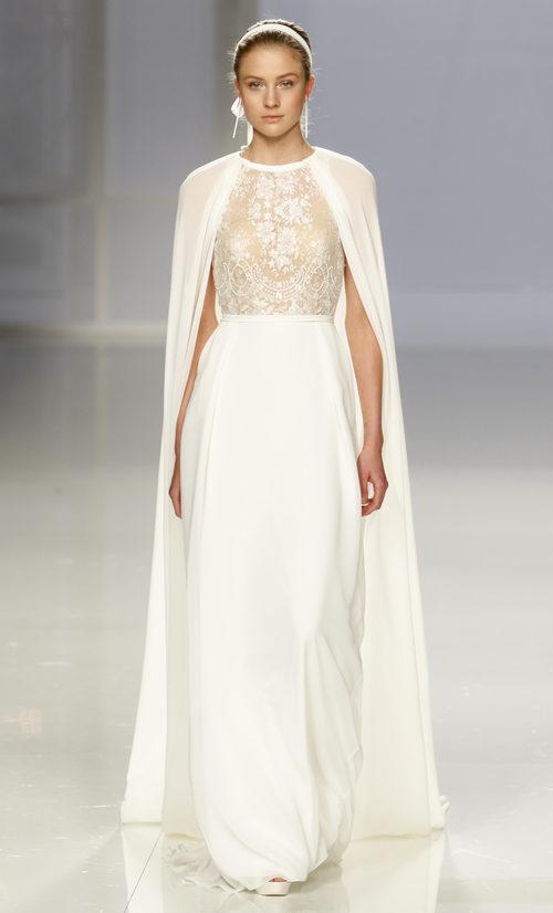 Vestido con capa de Rosa Clará colección 2018 sobre la Barcelona Bridal Week