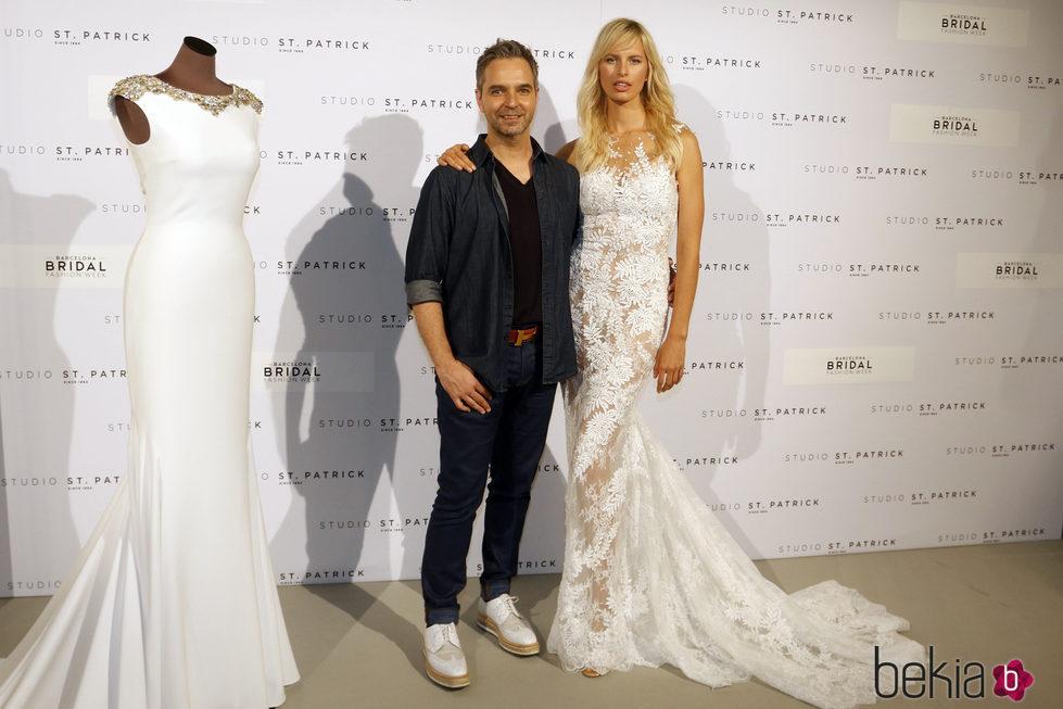 Karolina Kurkova y Hervé Moreau en la presentación de la colección 2018 de Studio St. Patrick en la Barcelona Bridal Week