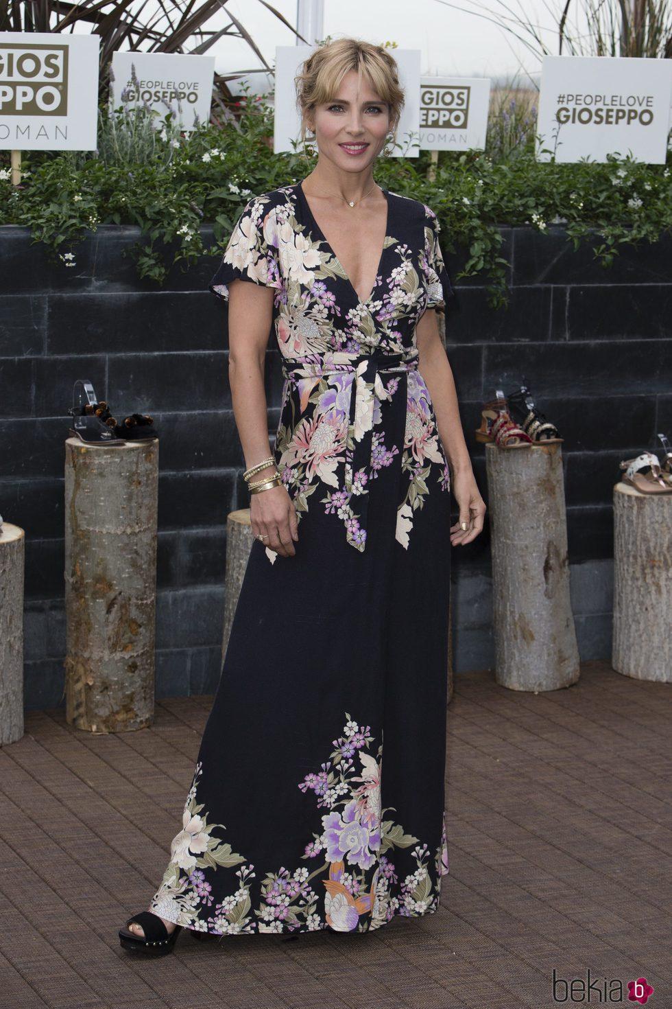 Elsa Pataky con un look primaveral en la presentación de la nueva colección de Gioseppo