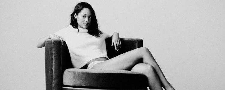 Laura Harrier posando para la firma Calvin Klein en su colección 'Underwear'