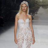 Karolina Kurkova con un vestido de pedrería de St. Patrick colección 2018 en la Barcelona Bridal Week