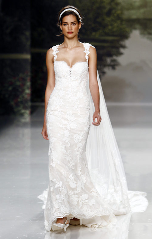 Vestido de novia con capa de St. Patrick colección 2018 en la Barcelona Bridal Week