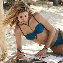 Doutzen Kroes con un bikini azul de su propia colección primavera/verano 2017 para Hunkemöller
