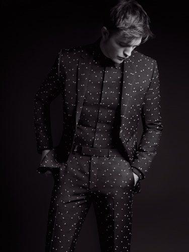 Robert Pattinson con un traje de lunares de Dior Homme colección 'Black Carpet' otoño 2017